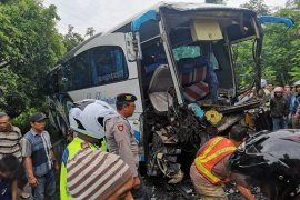 Polisi Lumajang  selidiki kecelakaan truk kontainer dengan busrombongan bidan