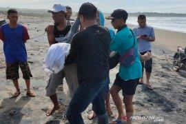 Terseret ombak, dua wisatawan meninggal dunia