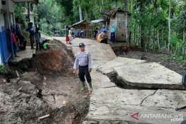 Jalan desa sepanjang 100 meter di Kadupandak Cianjur amblas