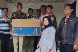 Untuk pantau cuaca, 16 televisi dipasang di Balai RT/RW perkampungan nelayan Surabaya