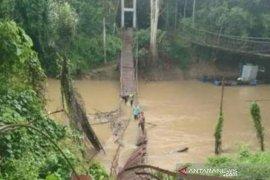 Jembatan gantung ambruk, sejumlah warga berjatuhan ke sungai