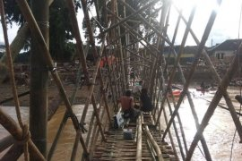 Korban banjir bandang Lebak gotong royong bangun jembatan darurat