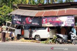 Pecah ban, L300 seruduk warung kopi di Aceh Timur