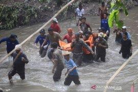 Evakuasi korban terseret air sungai Page 1 Small