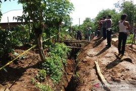 Pelaksana pekerjaan galian tanah abaikan keselamatan bekerja