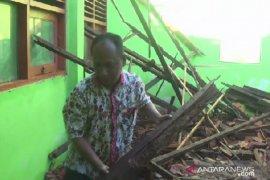 Atap bangunan sekolah dasar di Magetan ambruk