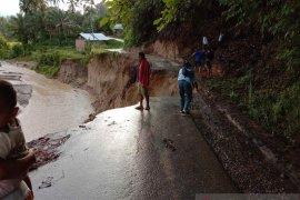 Banjir dan longsor rusak jalan dan bendungan untuk irigasi di Padang Pariaman