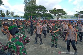 Di Ambon Panglima TNI dan Kapolri menari bersama 2.900 prajurit