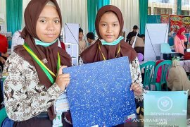 Viral, siswa SMPN 1 Surabaya daur ulang plastik jadi komposit pengganti kayu