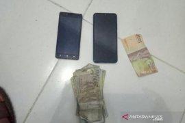 Warga tangkap tiga pemuda perampas HP dan uang di Aceh Utara