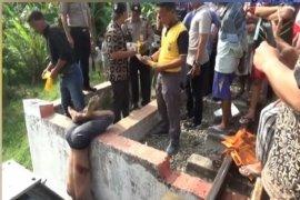Sesosok mayat laki-laki ditemukan tergantung di jembatan kereta api
