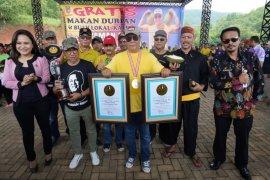 Gubernur Sahbirin Noor catat sejarah makan durian bersama 24 ribu warga Kalsel
