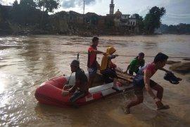 Pascabencana banjir, warga Lebak gunakan perahu karet