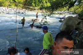 Jembatan putus di Kaur jadi tongkrongan baru remaja lokal