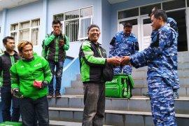 Sebanyak 2.000 paket makanan gratis diantar pengemudi ojek online Bandung