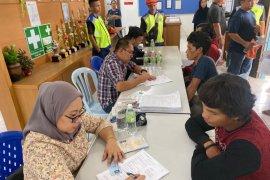 """KJRI Kuching berikan layanan """"jemput bola"""" pada pekerja migran"""