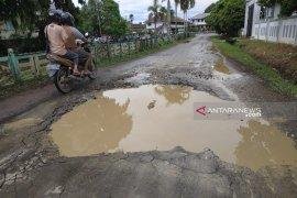 Jalan dalam Kota Putussibau berlubang