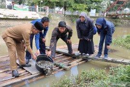 10 baskom anakan ikan dirazia di pasar Barabai, penjual mengaku tidak tahu kalau dilarang
