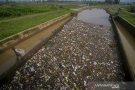 Sampah di sungai Cikeruh