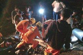Tim SAR evakuasi jasad remaja yang terjebak di dalam pipa di Tahuna