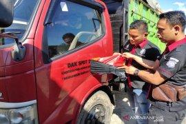 Kayu ilegal diangkut menggunakan truk dinas di Aceh Jaya