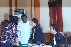 Warga Burkina Faso dituntut dua tahun penjara karena paspor palsu
