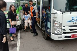 Mobil derek petugas Sudinhub Jaksel tolong ibu hamil