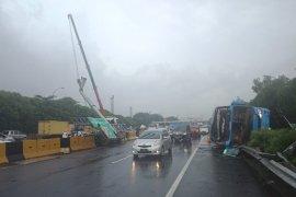 Sopir mengantuk akibatkan Bus Damri terguling di Tol Sedyatmo