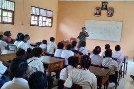 TNI bantu mengajar di SD Inpres Arso
