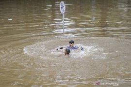 Underpass Kamayoran masih tergenang air setinggi lima meter