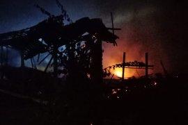 Mabuk miras, seorang pria bunuh ibu kandung dan bakar rumah sendiri