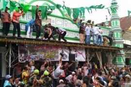 Warga Padang berebut empat ton gula pada Festival Serak Gulo