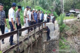 Jembatan penghubung dua kecamatan yang rusak di Tandikek ditinjau Bupati