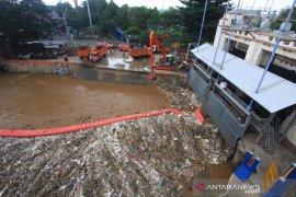 Pintu Air Manggarai berstatus waspada Senin dini hari