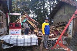 Akibat diguyur hujan deras, satu rumah warga di Garut roboh
