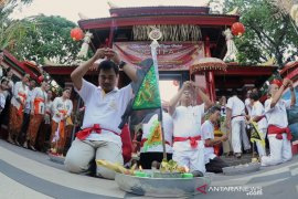 Imlek, masyarakat Tionghoa di Kuta lakukan sembahyang