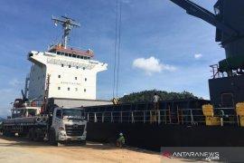 Tidak diizinkan bersandar, kapal cargo berlabuh di tengah laut Calang