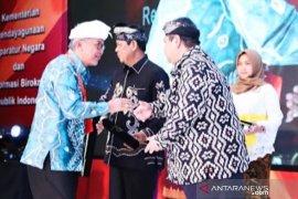 Bupati HST terima penghargaan SAKIP dari Menpan-RB di Bali