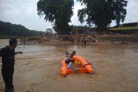 Jembatan gantung hanyut, Wwrga Lebak gunakan perahu karet