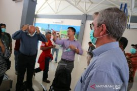 Dinkes Kota Tasikmalaya bagikan masker di bandara antisipasi virus corona