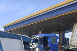 Rem blong, truk kontainer tabrak gardu tol Halim dan dua kendaraan lain