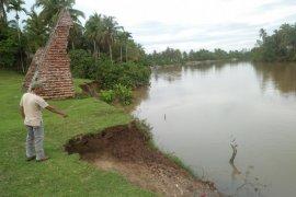 Bagian benteng peninggalan Inggris di Mukomuko terdampak erosi