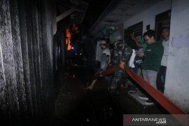 PMK Korem 091/ASN Terjun Bantu Padamkan Api di kawasan Padat Penduduk