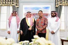 Ridwan Kamil beri buku investasi Jawa Barat kepada Dubes Arab Saudi