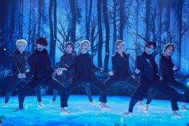 """BTS bawakan """"Black Swan"""" perdana, berbusana serba hitam tanpa alas kaki"""