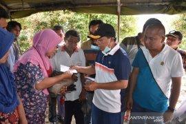 Bupati Tapteng serahkan bantuan pribadi Rp200 juta untuk korban banjir