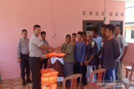 Polres Bangka Barat bantu jaket keselamatan kepada kelompok  nelayan