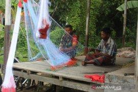 Babinsa Tanjung Tengah bantu perbaiki jaring ikan warga
