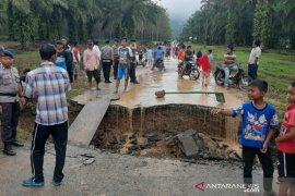 Jembatan ambruk, sawah dan kolam rusak di Padangsidimpuan