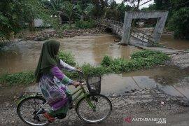 Bencana di HST: Sungai meluap, pohon tumbang dan raba tabrak jembatan